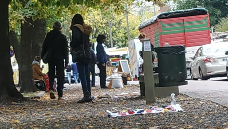 Crece la cantidad de manteros en el Parque Saavedra y el sábado fueron desalojados