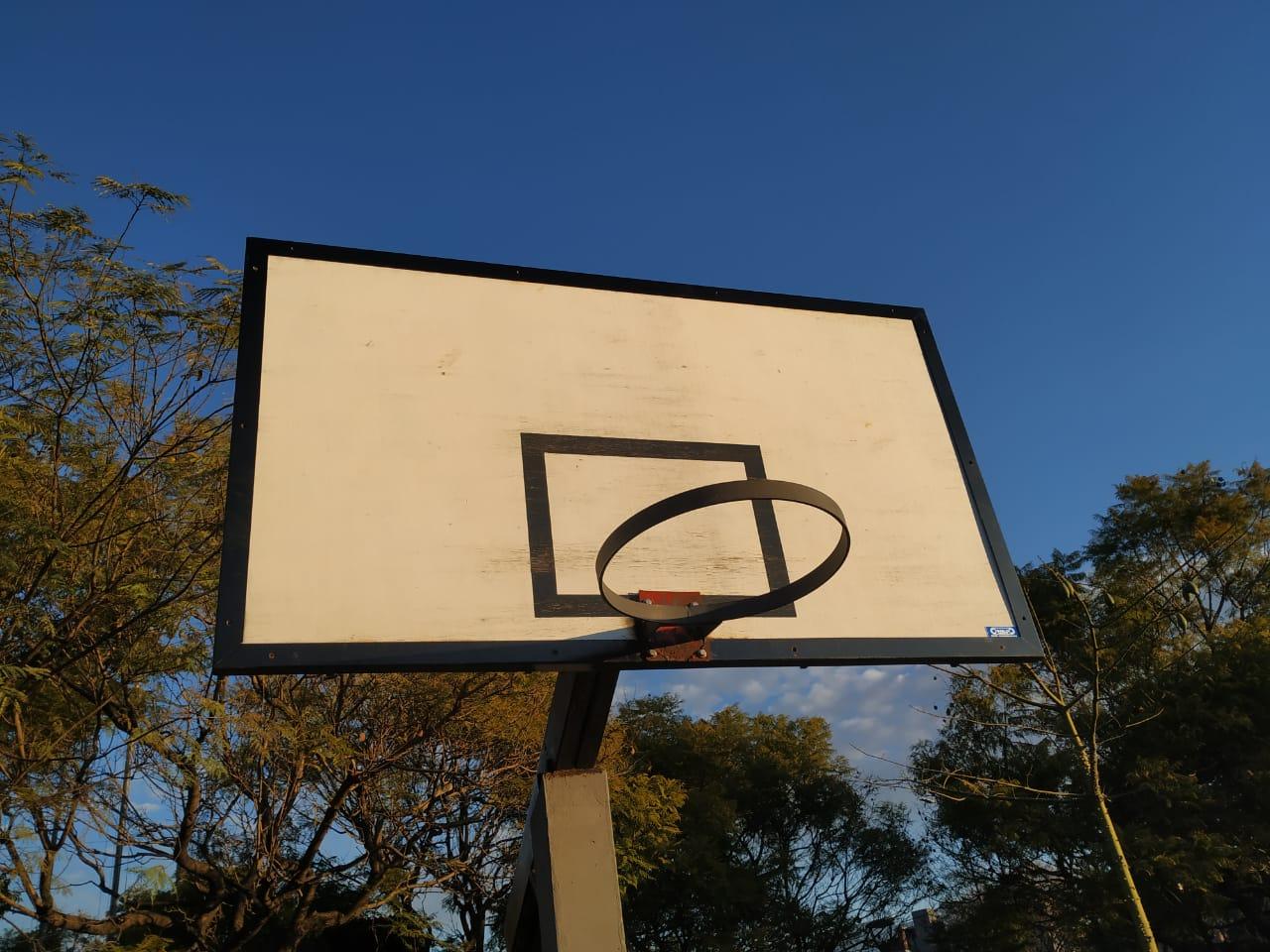 Repusieron el aro de básquet en la Plaza Hungría